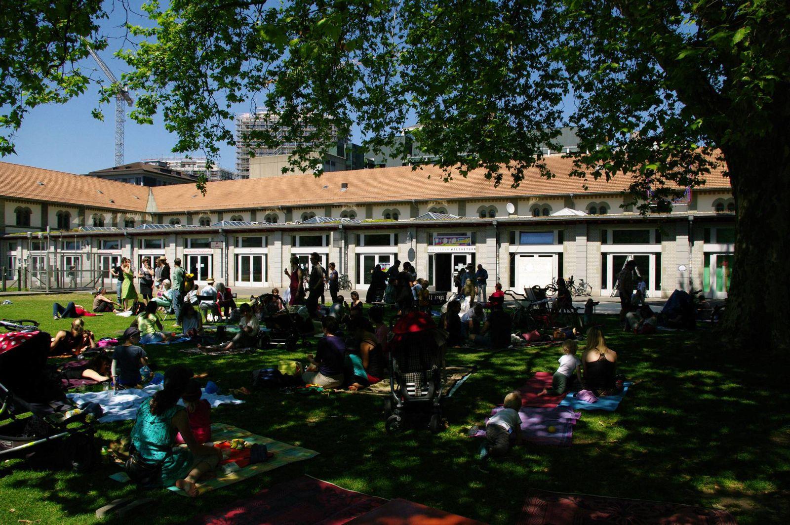 """Gegen 15 Uhr im Hof! / Performance am Performancefestival """"Der längste Tag"""", Zürich"""