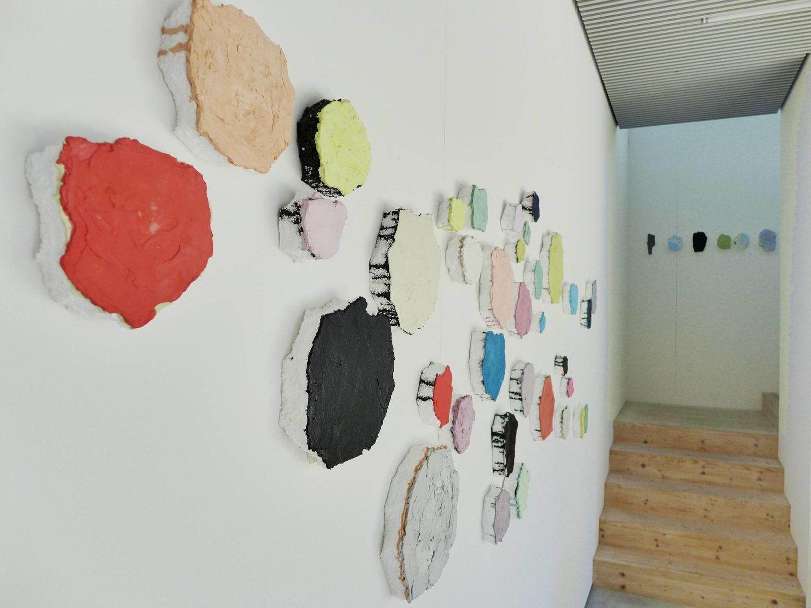 """""""Fehlstellen"""", Gips und Asphalt auf Styropor, 67 Elemente"""
