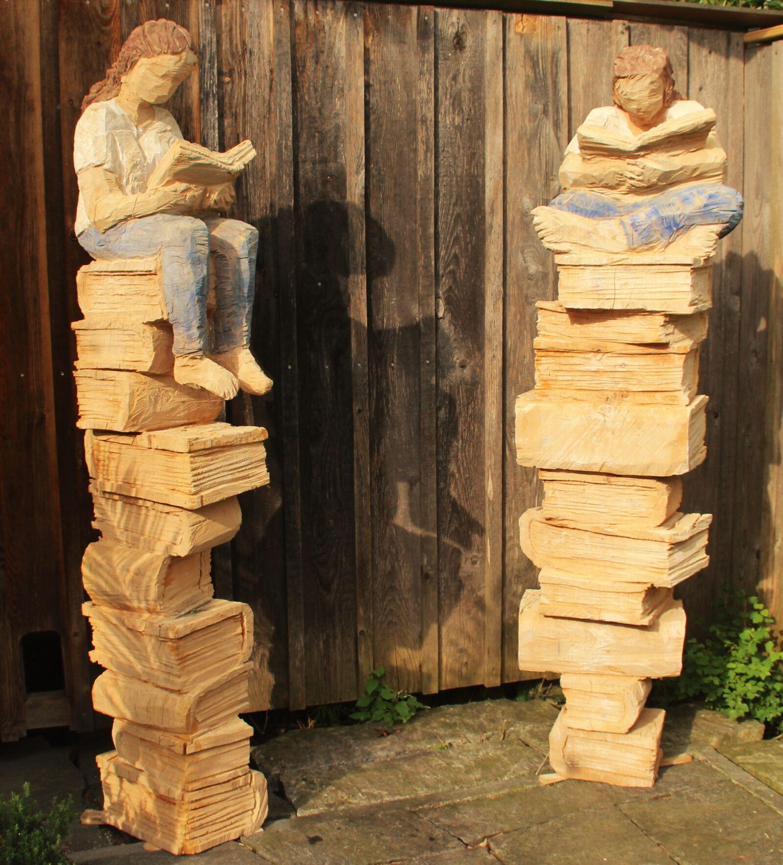 Lesende auf Büchern